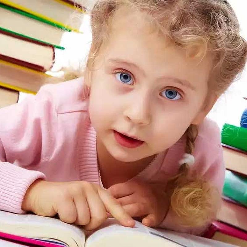 Kislány könyveket olvas.