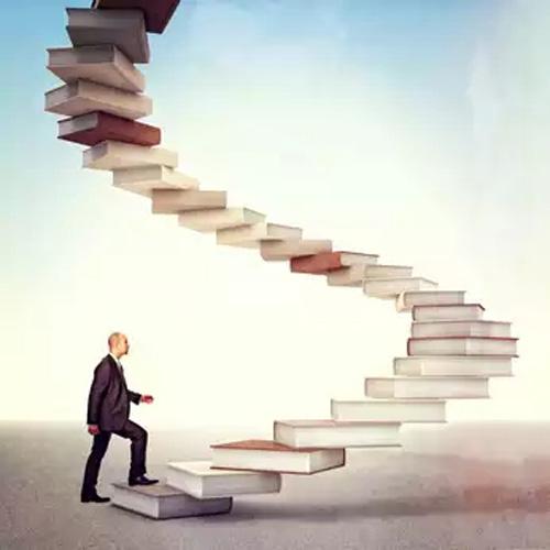 könyveken magasba lépdelő ember